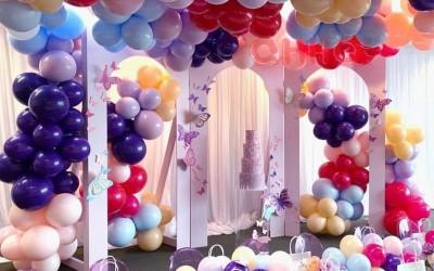 成都宝宝宴气球鲜花布置